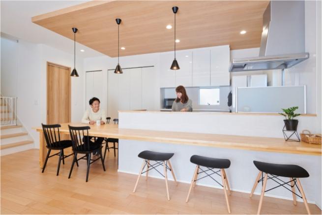 カウンターを広く取った対面キッチン。