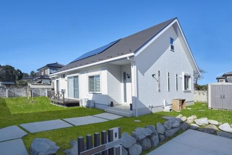 太陽光差し込む、明るいリビングの家